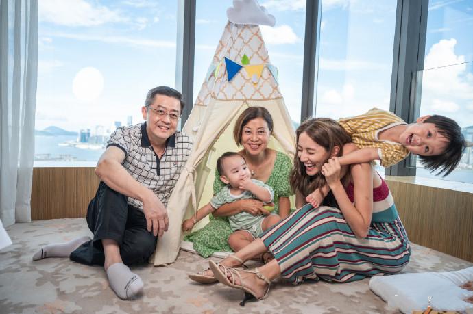 陈凯琳晒亲子时光,郑嘉颖掌镜拍下三代同堂合照,俩儿子颜值超高